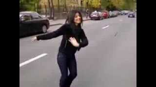 Красивая девушка танцует лезгинку прям на дороге!