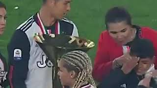 بالفيديو.. رونالدو يضرب ابنه بالكأس الذهبية خلال احتفالات يوفنتوس - صحيفة صدى الالكترونية