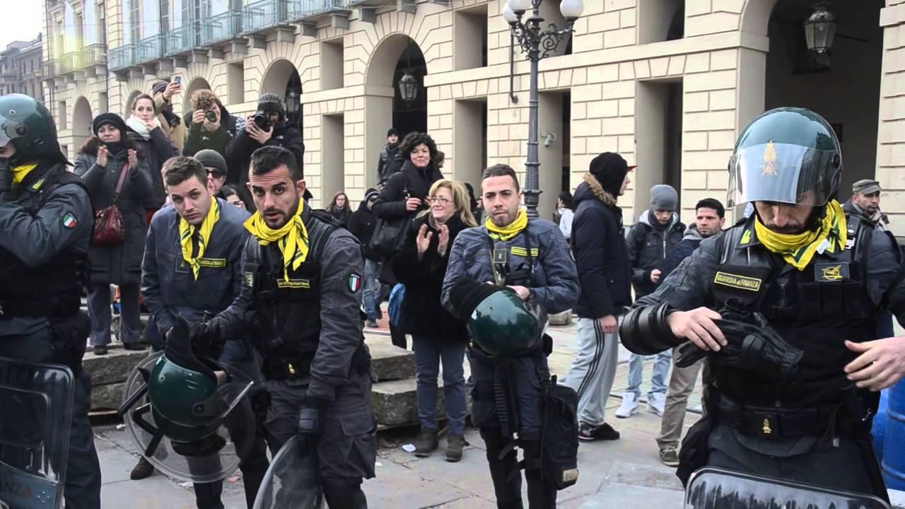 Torino poliziotti dopo scontri si tolgono i caschi la for Polizia di stato torino permesso di soggiorno