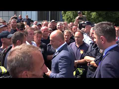 """Haradinaj përballet me zjarrfikësit protestues, njëri e quan """"hajn"""""""