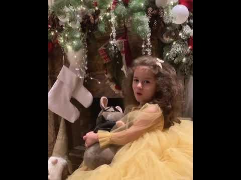 4-летняя дочь Кети Топурии рассказала новогоднее стихотворение и поздравила всех с Новым годом