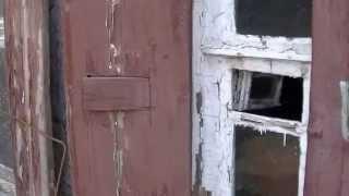 Деревянные ставни с проёмами под форточки в старом домике .