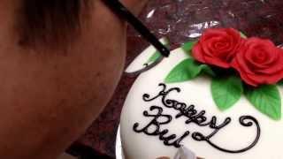 """乙級烘焙教學-以黑色熔化巧克力書寫 """"Happy Birthday"""" 字樣影片教學"""