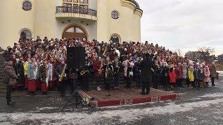Майже 250 школярів з усіх шкіл Коломиї синхронно заколядували
