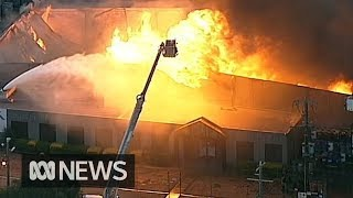 Firefighters battle massive chemical fire in Melbourne | ABC News