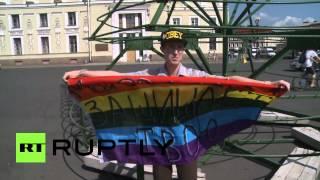 Пикет гей-активиста на Дворцовой площади в День ВДВ продлился 10 секунд