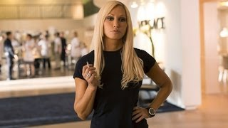 Gambar cover Gina Gershon Plays Donatella Versace in House of Versace | POPSUGAR Interview