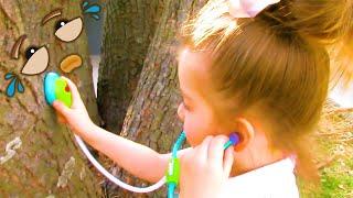 Zuri Cura un árbol que llora en el Parque Mientras sale a Pasear y encuentra Huevos Kinder Sorpresa