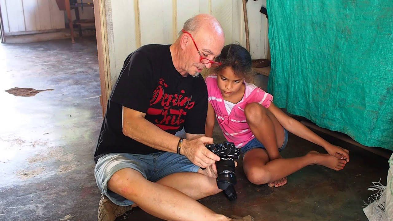 Mostrando foto a niña cubana en Viñales
