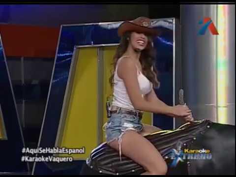 Elizabeth Sinai se monta en el toro para El Karaoke de los Vaqueros