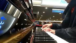神戸駅前地下街デュオこうべに期間限定設置されたストリートピアノを弾...