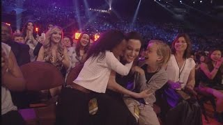 angelina jolie shows up at kids choice awards with daughters wins best villain