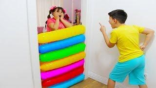 Али и Адриана играют с воздушными шариками