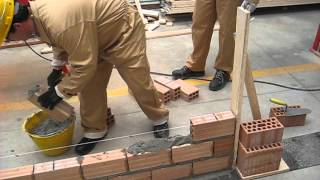 6 c. Realizzare un  muretto di mattoni forati - Making a small hollow brick wall 4.avi