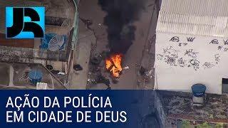 Traficantes em fuga tentam impedir a ação da polícia em comunidade do RJ