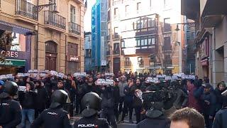 Un cordón policial separa a una manifestación antifascista de los concentrados por 'España Exis