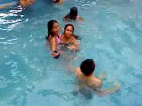 Emily banandose en la piscina doovi for Mund piscina
