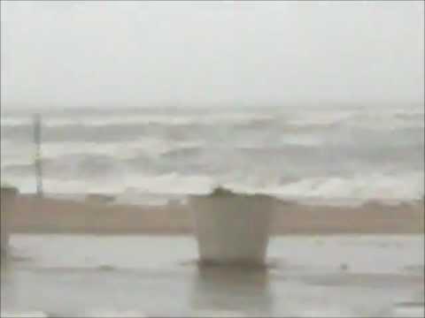 Hurricane Tropical Storm IRENE on the coast of Bridgeport CT SEA SIDE PARK  BIG WAVES!! 8/28/11 mp3