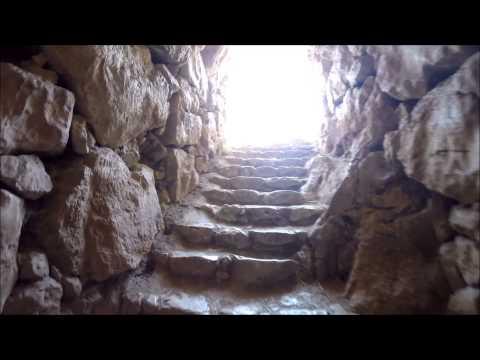 Visita à cisterna da cidade antiga de Micenas na Grécia