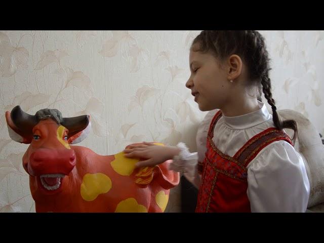 Изображение предпросмотра прочтения – СофьяСтенина читает произведение «Бурёнушка» (Русский фольклор )