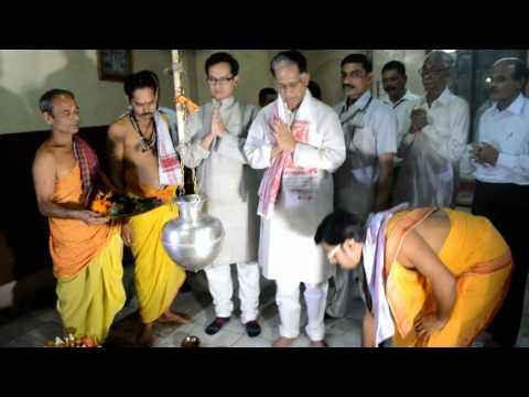 Hon'ble CM, Shri Tarun Gogoi offers prayer at Sukleswar Temple