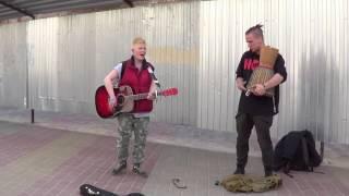 Колоритный пацан распевает на улице Buskers Musik Song Класс