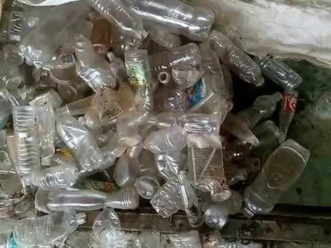 Proses Giling Botol Bekas Warna Bening Dalam Daur Ulang Sampah