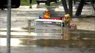 Viatura de Bombeiros atravessa enchente - inacreditável