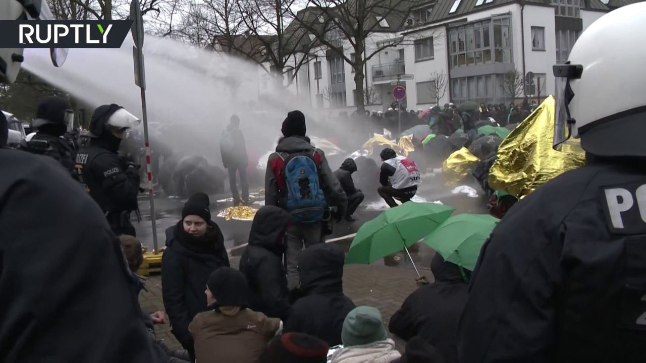Water cannons & clashes: Anti-AfD protesters block Hannover convention