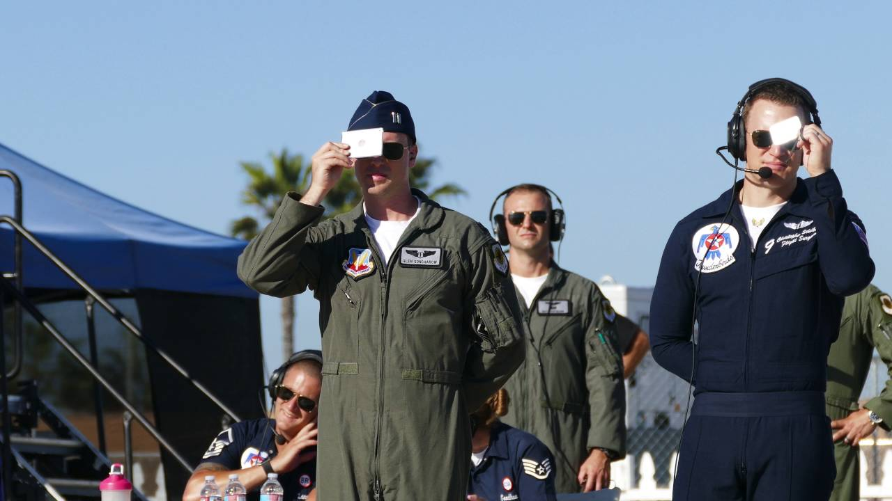 USAF Thunderbird 9 using signal mirror at airshow practice (4K video ... 970a51b4b21d