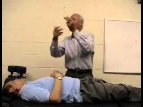 Công dụng chữa bệnh của bài tập kéo đầu gối thở ra làm mềm bụng