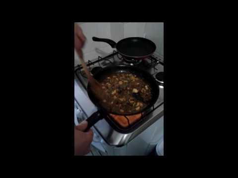 Filet Wellington com terrine  de tubérculos e sautée de  espinafre com cogumelos