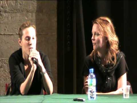 Laurel Holloman and Erin Daniels answering questions at TLW/QAF Paris convention 6
