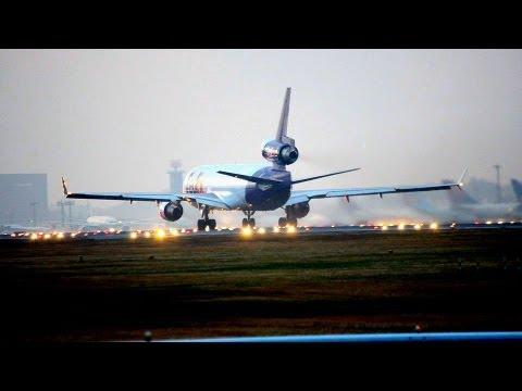 MD11F夕暮れの滑走路のライトに照らされながら離陸