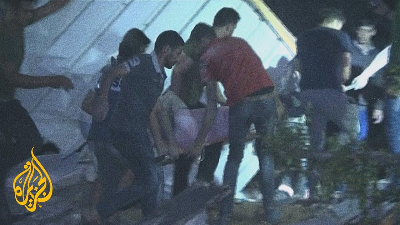 شاهد | لحظة انتشال أحد الناجين من تحت الأنقاض  - نشر قبل 3 ساعة