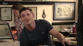 Baixar Coronation Street - Ryan Offers To DJ Roy's Birthday Party
