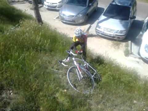 Caida con bicicleta de carretera en senda de bajada