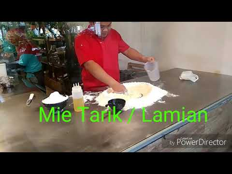 Proses pembuatan mie tarik di Serae resto yogya.