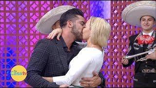 ¡Potro y Michelle Vieth con un beso de amor confirman su romance!