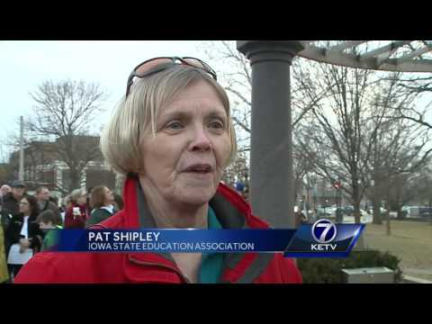 Hundreds of Iowa public employees rally for bargaining rights