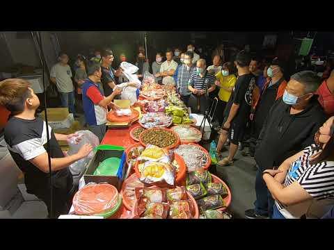 牛肉爐健美先生來了 五包買一買 竟然直接在旁邊健身起來 終於有女性觀眾的眼福了 Taiwan Seafood Auction 嘉義趙又廷 海鮮拍賣 叫賣哥 叫賣達人