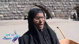 بائعة الورود علي أبواب القبور : أتمنى الستر وأحلم بالعمرة .. فيديو وصور