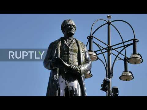 UK: Activists gather to protect Peel statue from protesters in Glasgow