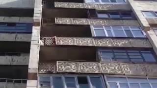 Служба спасения 1355 вытаскивает ребенка, застрявшего в балконной решетке