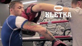 Боковые удары в боксе — Урок 2, техника бокса, работа на лапах с Андреем Басыниным
