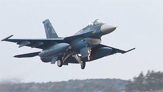 航空自衛隊三沢基地で、今年の訓練開始となる「飛行初め」が2017年...