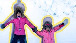 Иванка и Мира их развлечения со снегом