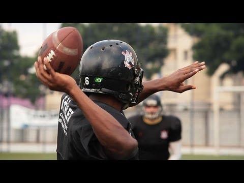 Quarterback mostra técnica do lançamento perfeito