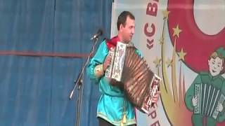 Частушки под гармошку мастерски исполняет Виталий Чичев