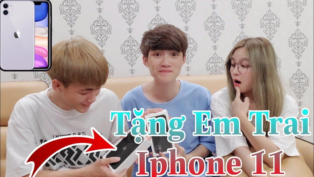 [Free Fire Vlog] Thằng Em Hot Boy Suýt Khóc Khi Được Anh Trai Gao Bạc Tặng Iphone 11 Và Cái Kết